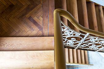 Restauriertes Treppenhaus einer von Wohnwert Immobilien zur Vermietung angebotenen Immobilie