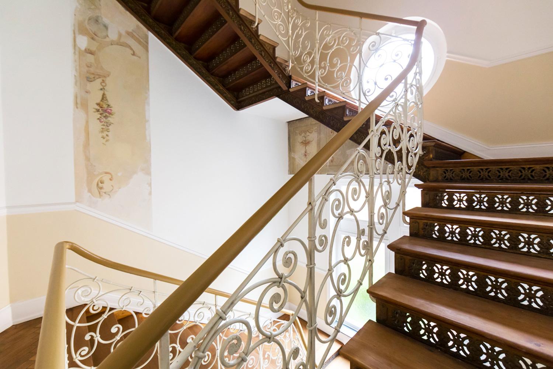Treppenhaus der sanierten Villa Viktorianach dem Konzept von Wohnwert Immobilien