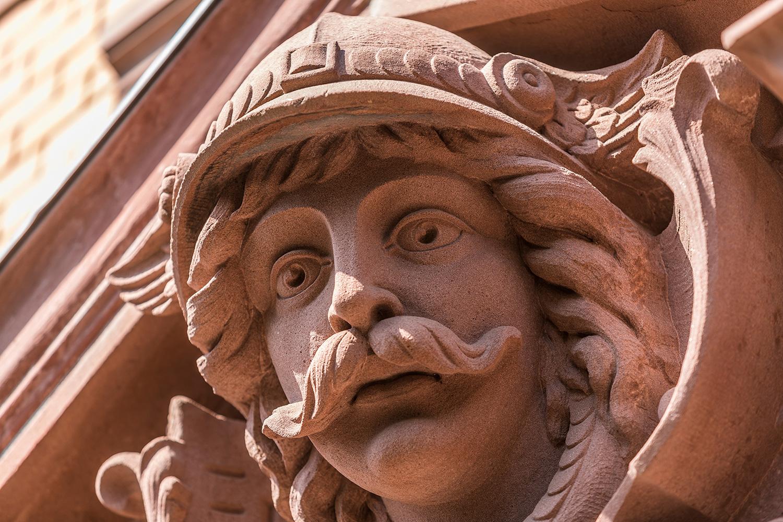 Detailaufnahme des Referenzobjekts Villa Viktoria mit Sandstein Fassade und Hermes Figur